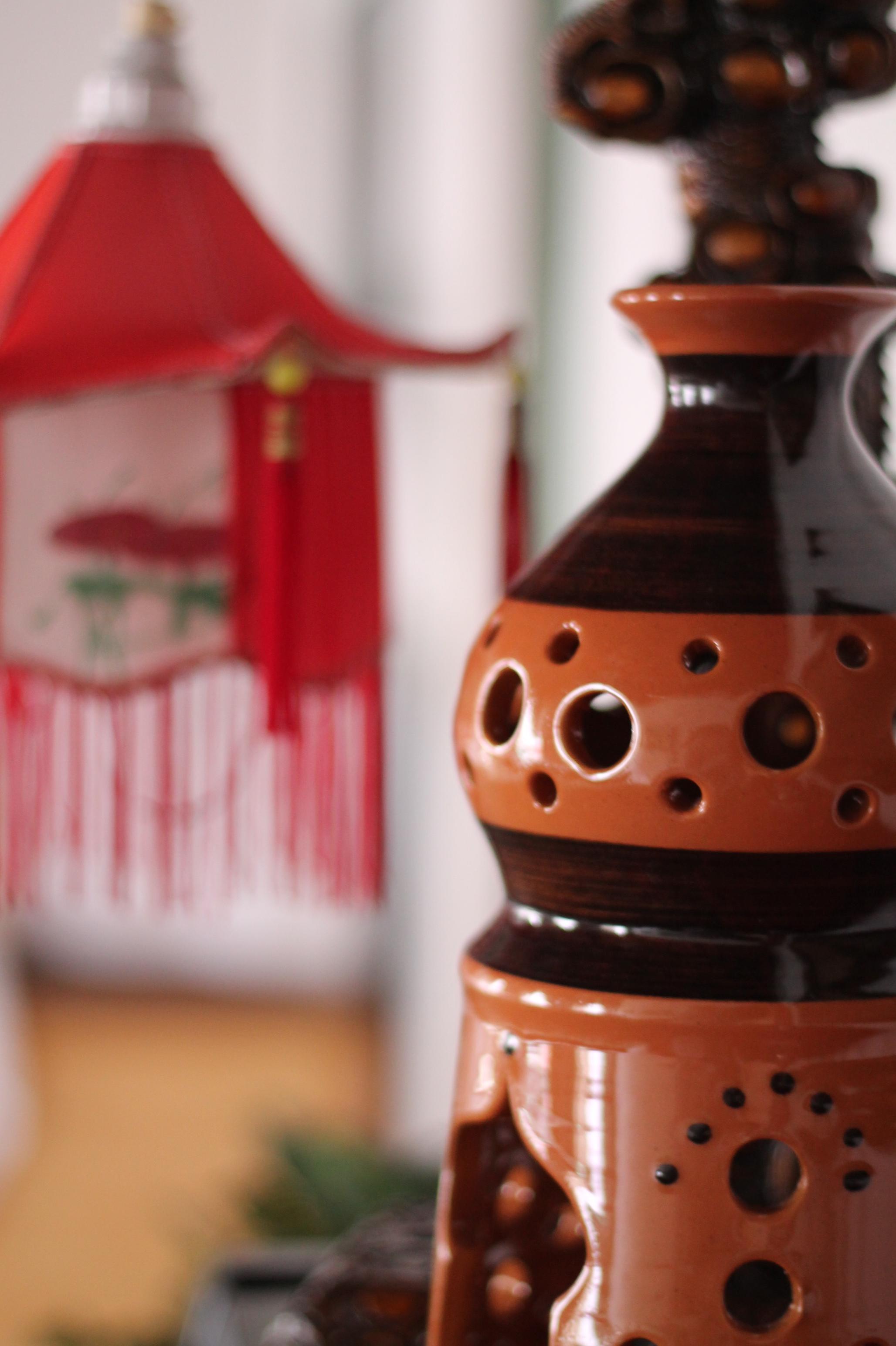 Telysholder fra Zorba - I 1990 overtok Tony Lim den greske restauranten Zorba som lå i Havnegata. Etter to års drift leide han lokalet ut til diskoteket Helten John, og mange av Zorbas gjenstander ble flyttet opp til hovedrestauranten Ting Hai på Gamle Bondeheimen.