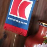 Kreditkassen flagg - Dette flagget var en gave fra Kreditkassens banksjef Ulf Onsrud som var en nøkkelperson i å sikre Ting Hais ekspansjon til Gamle Bondeheimen.
